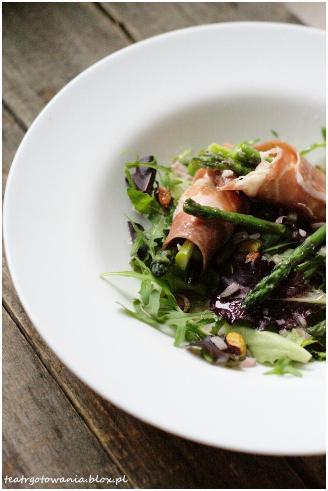 Sałatka z zielonymi szparagami i kozim serem