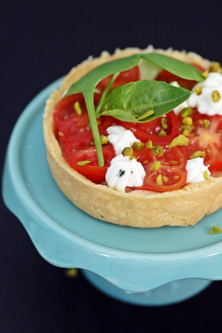 Tartaletki z musem z mascarpone i bazylii z pomidorami