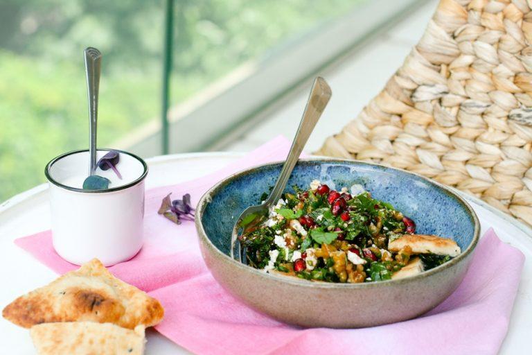 Aromatyczna perska sałatka z ziół i chleba
